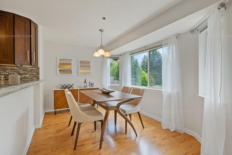 Căn phòng trở nên thoáng đãng, rộng rãi với không gian mở bởi tận dụng tối đa ánh sáng ngoài trời qua khung cửa kính lớn