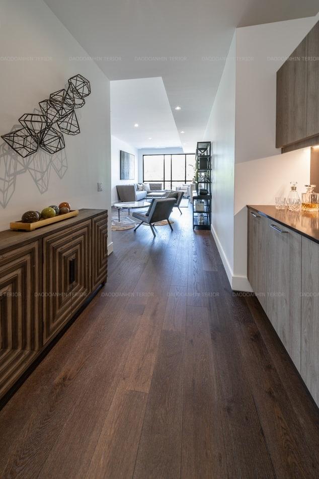 Căn bếp và phòng khách được liên kết với nhau tạo cho không gian rộng mở, rộng rãi