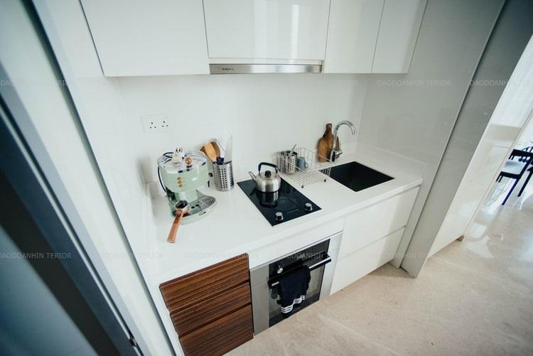 Căn bếp hài hòa sang trọng với tông màu trắng ngà, nhấn thêm tông nâu và đen
